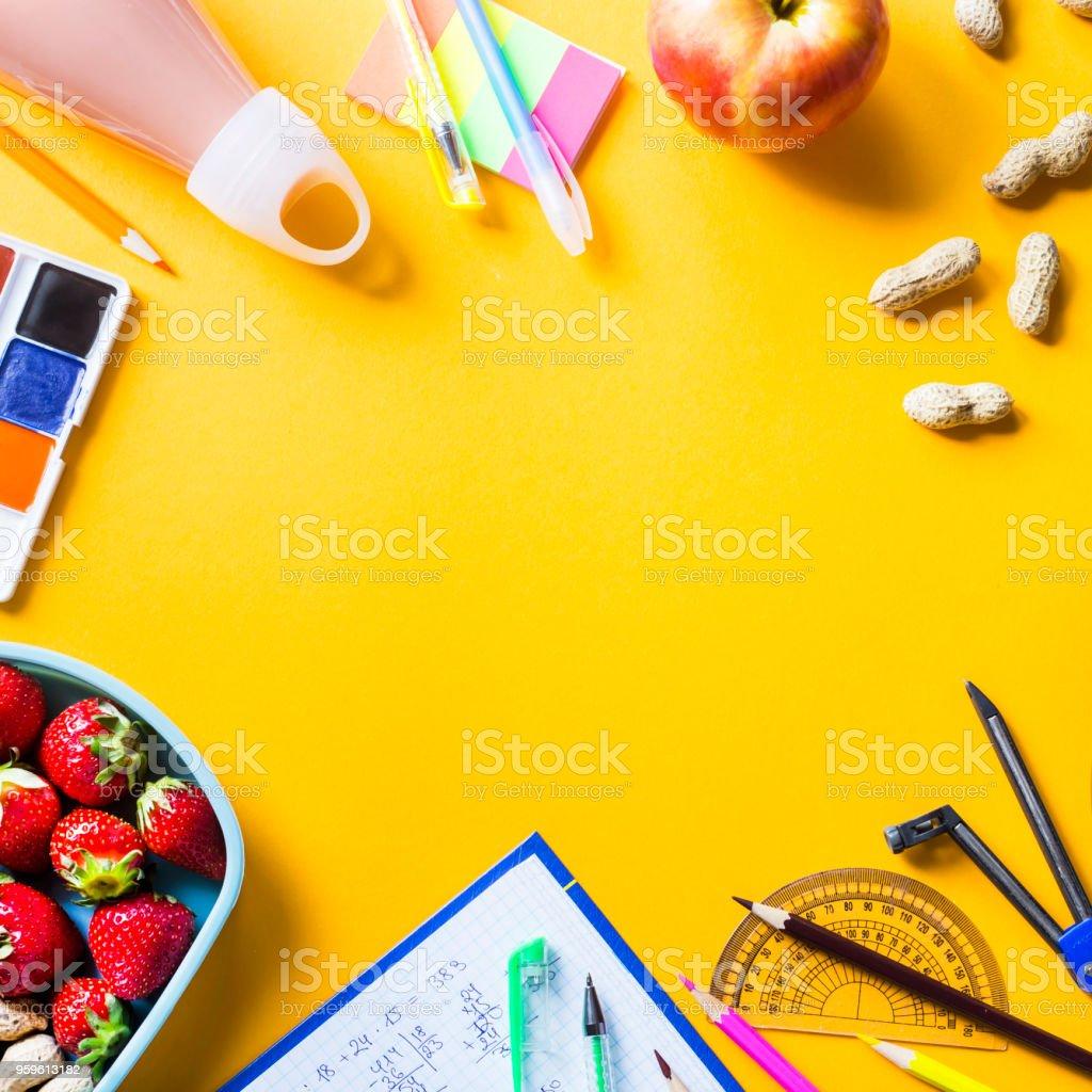 Escolares del niño y almuerzo en cajas de plástico sobre un fondo amarillo. Alimentos saludables para un niño tomar al concepto de escuela. Copyspace. Vista superior, endecha plana - Foto de stock de Accesorio personal libre de derechos