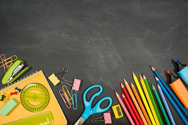 schulsachen auf eine tafel für kinder - kreide farbe schreibtisch stock-fotos und bilder