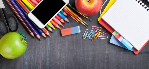 Schulbedarf auf Tafelhintergrund – Foto