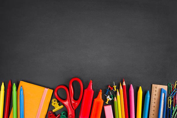 fournitures scolaires sur tableau noir - au fond de photos et images de collection