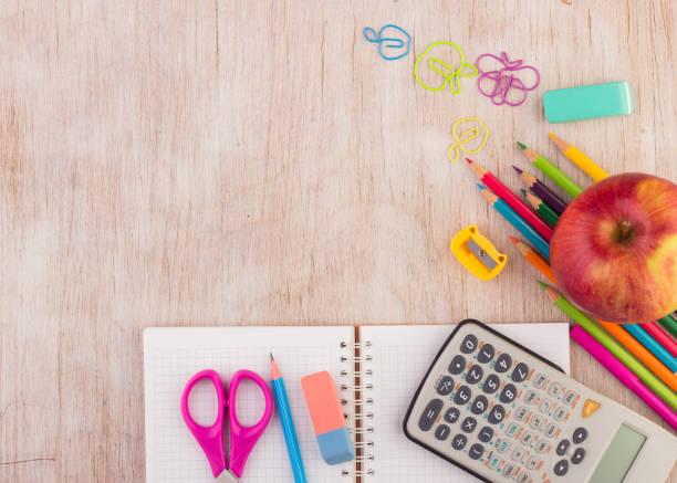 Schulsachen auf dem Schreibtisch – Foto