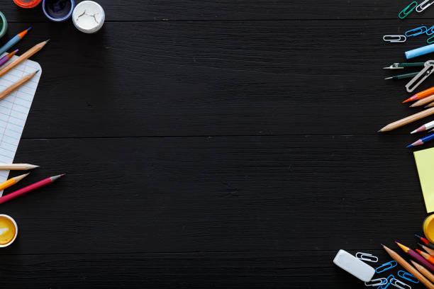 Schulbedarf, Schreibwaren, Farbstiften, Lacke, Papier auf dunklen schwarzen Holztisch, zurück zum Hintergrund Schulkonzept mit Freiexemplar Platz für Text, moderne Grundschule, Ansicht von oben – Foto