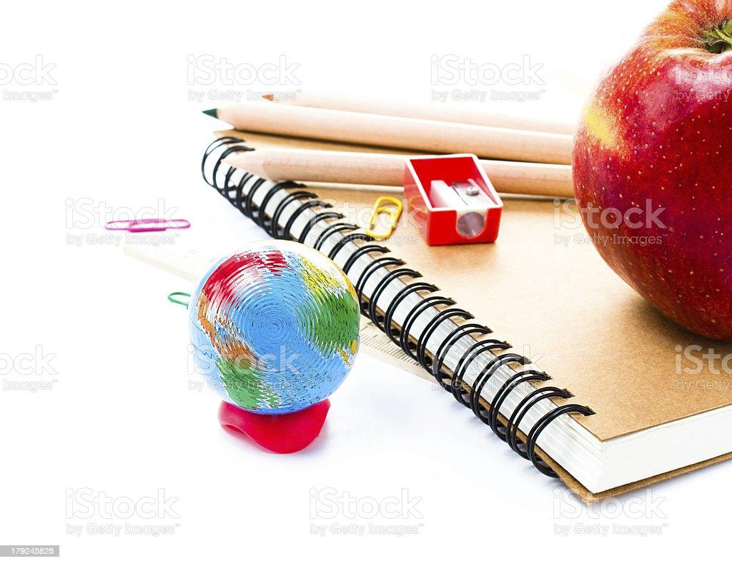 Szkolne z Globe i notebook na białym tle – zdjęcie