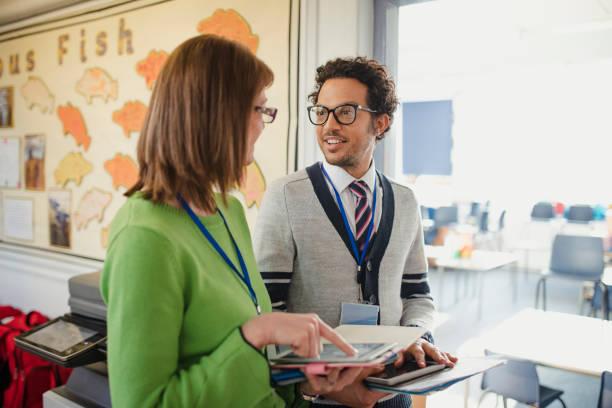 Lehrer arbeiten diskutieren – Foto