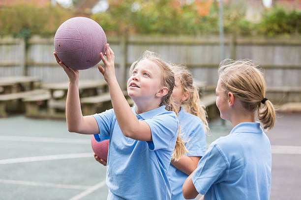 school yard netball sport girls - netball stockfoto's en -beelden