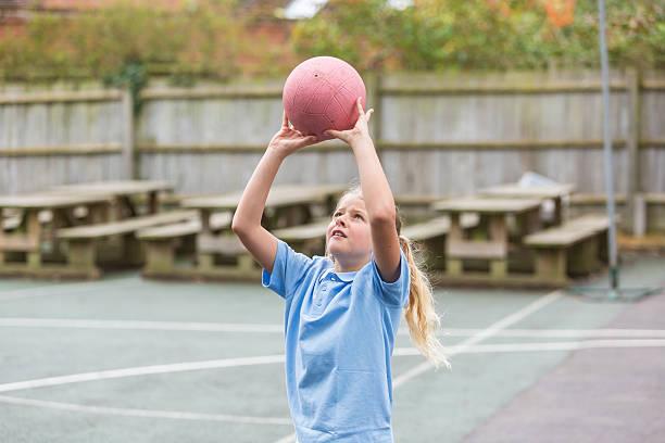 school yard netball sport - netball stockfoto's en -beelden
