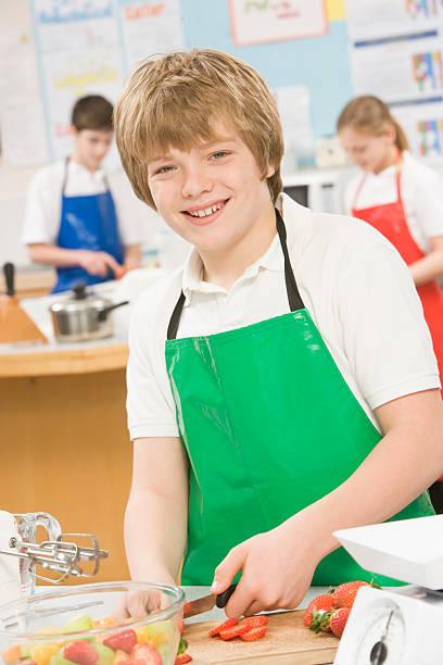 Schulkind-Nur Jungen in der Schule in einem Kochkurs – Foto