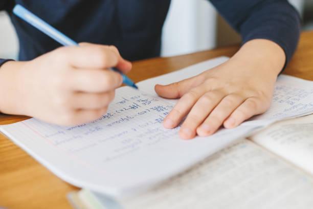 Schüler seine Hausaufgaben am Schreibtisch zu Hause. – Foto