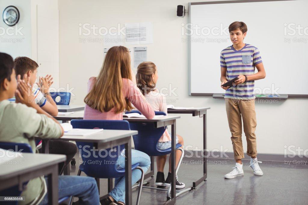 Écolier, présentation en salle de classe photo libre de droits
