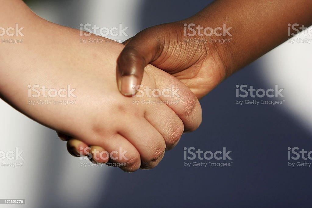 Niño en edad escolar apretón de manos foto de stock libre de derechos