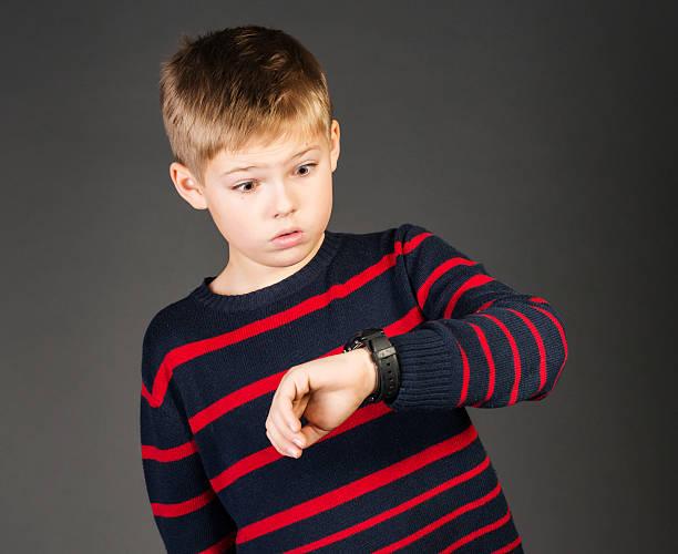Schulkind-Nur Jungen um die Uhr und besorgt zu spät. – Foto