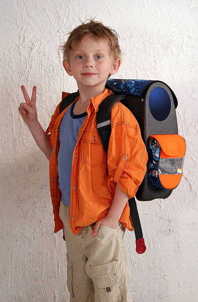 schulkind-nur jungen - kleinkind busy bags stock-fotos und bilder
