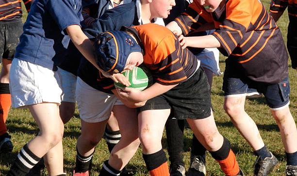 schulkind-nur jungen rugby/football - rugby stock-fotos und bilder