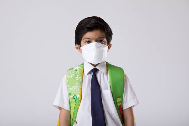 Schuljunge trägt schützende Gesichtsmaske, um vor Viren zu schützen – Foto