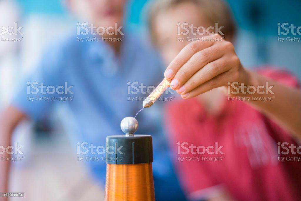 Alumnos trabajando en proyecto de bobina de tesla - foto de stock