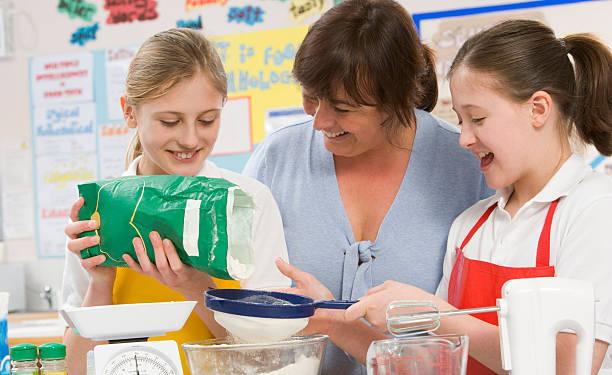 Schüler und Lehrer an der Schule in einem Kochkurs – Foto