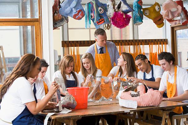 しっかりと教師の周りのテーブルに座った美術教室 - 美術の授業 ストックフォトと画像