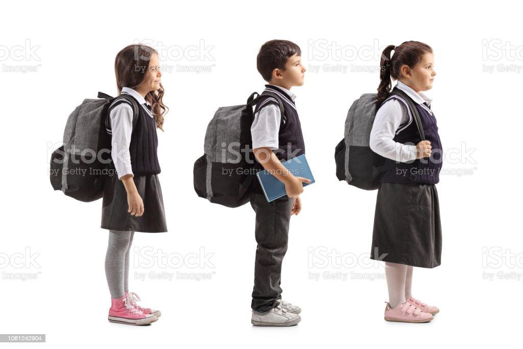 Crianças em idade escolar na fila - foto de acervo