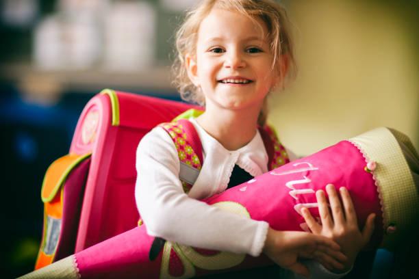 schulmädchen erster tag in der schule - kegel bildung kind - liebeskind umhängetasche stock-fotos und bilder