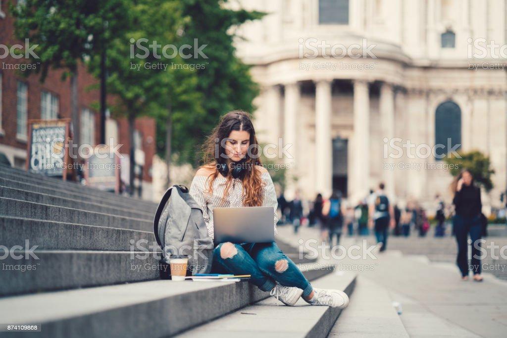 Écolière en UK étudient à l'extérieur - Photo