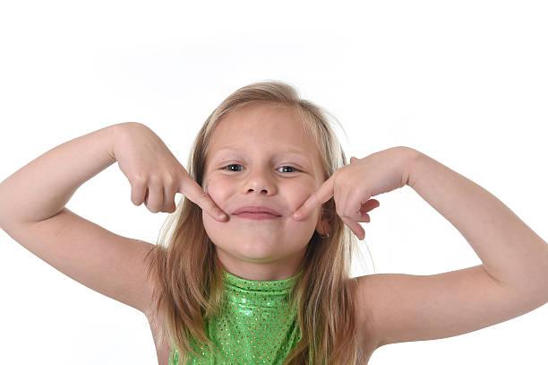 schulkind-nur mädchen zeigt ihren mund auf körperteile lernen school-tabelle - schöne englische wörter stock-fotos und bilder
