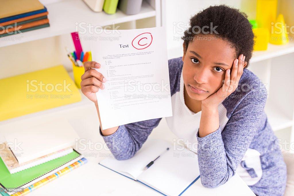 Niña en edad escolar que muestra los resultados de la prueba - foto de stock