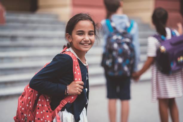 Schulmädchen lächelnd zu Kamera – Foto