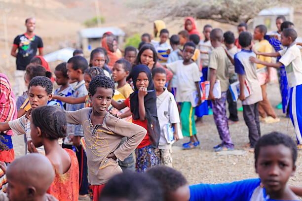 meninas da escola e rapazes colocar em espera no pátio de escola. berahile-etiópia. 0381 - teacher school solo imagens e fotografias de stock