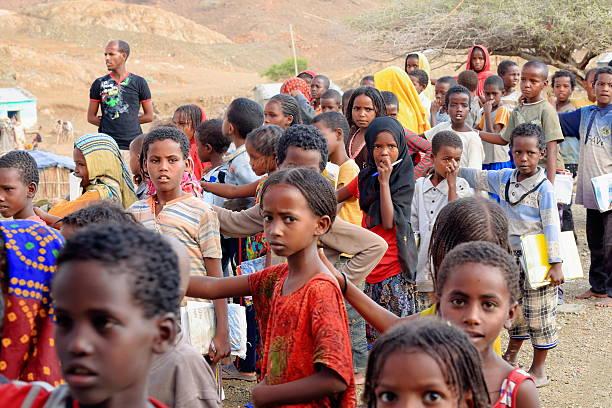 meninas da escola e rapazes colocar em espera no pátio de escola. berahile-etiópia. 0382 - teacher school solo imagens e fotografias de stock
