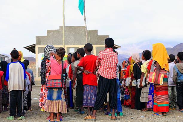 meninas da escola e rapazes colocar em espera no pátio de escola. berahile-etiópia. 0393 - teacher school solo imagens e fotografias de stock
