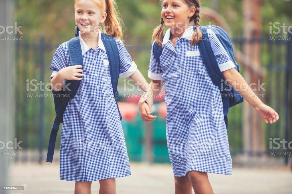 Schulmädchen in Uniform mit Rucksack. – Foto