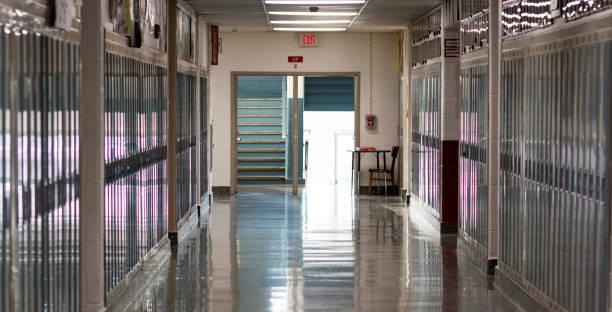 schulen geschlossen leeren flur - schulgebäude stock-fotos und bilder