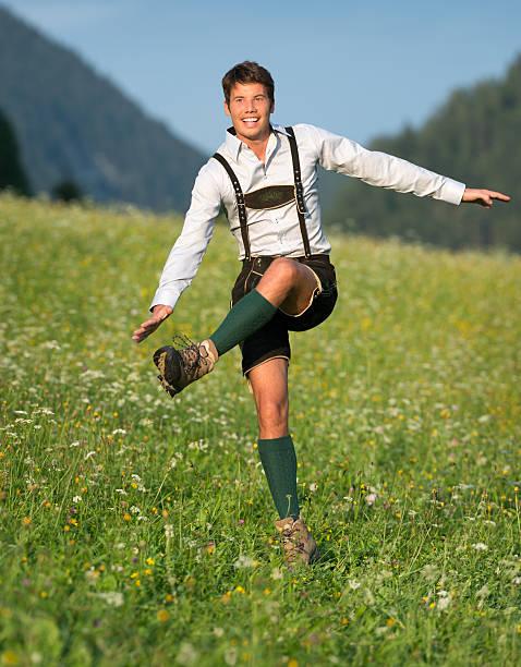 schuhplattler, gut aussehender mann in lederhose-trachtenmode (xxxl) - bayerische tracht stock-fotos und bilder