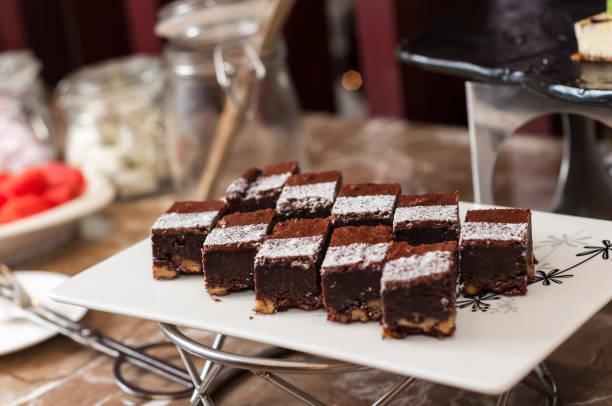 black forest cake kuchen - deutscher schokoladen zuckerguss stock-fotos und bilder