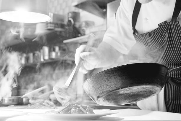 schwarz-weiss aufnahme in der küche - chef fotografías e imágenes de stock