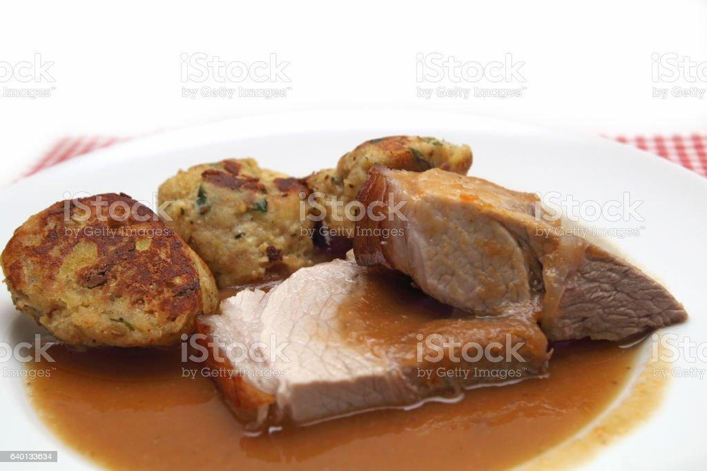 Schweinekrustenbraten mit Knödel stock photo
