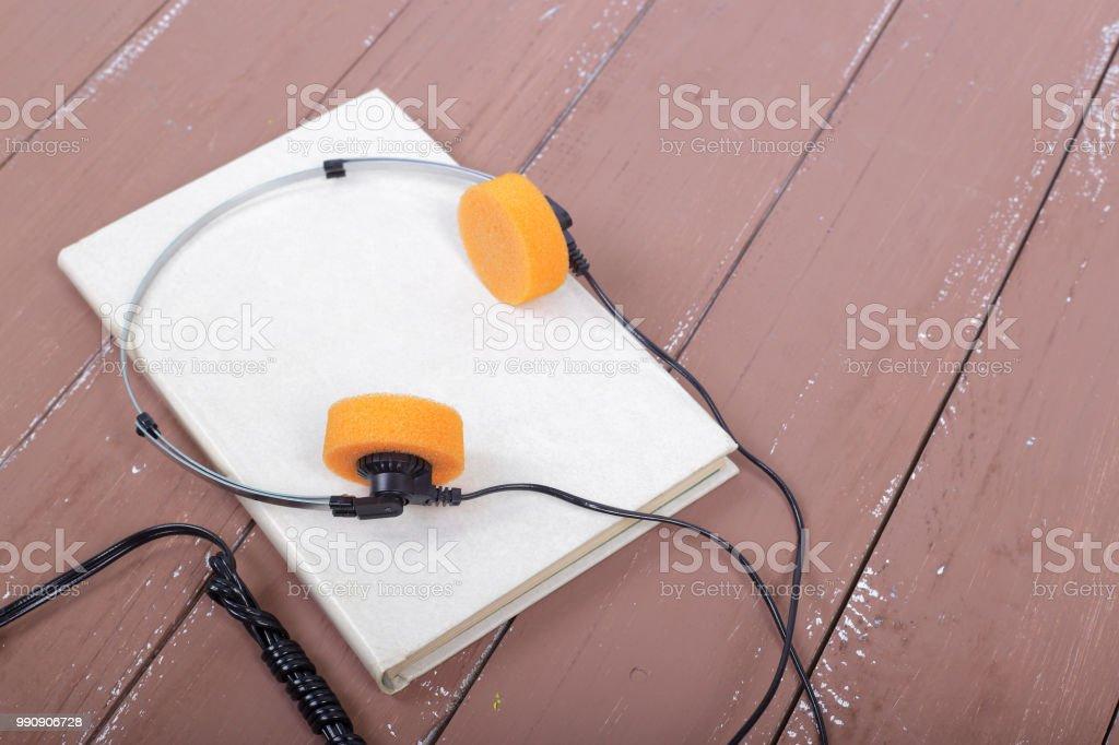 Ciência e educação - Audiobook closeup na mesa de madeira - foto de acervo