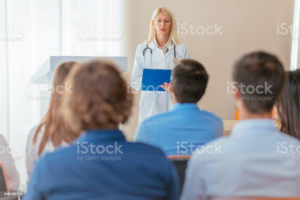 Wissenschaft und Forschung Programm für medizinische Klasse mit senior Professorin – Foto