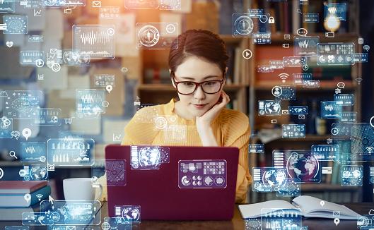 パソコンを操作している女性の写真|KEN'S BUSINESS|ケンズビジネス|職場問題の解決サイト