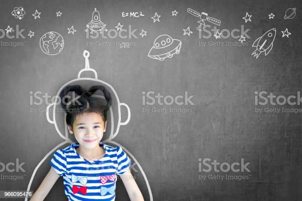 Vetenskap Teknik Engineering Matematik Stem Utbildning Koncept Med Skolan Flicka Kid I Astronaut Hjälm Och Kreativa Innovativa Kunskap Lärande Doodle På Lärarens Chalkboard-foton och fler bilder på Asiatiskt och indiskt ursprung