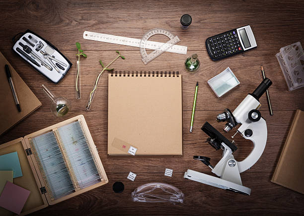 Scientific accessories on the table. - foto de acervo