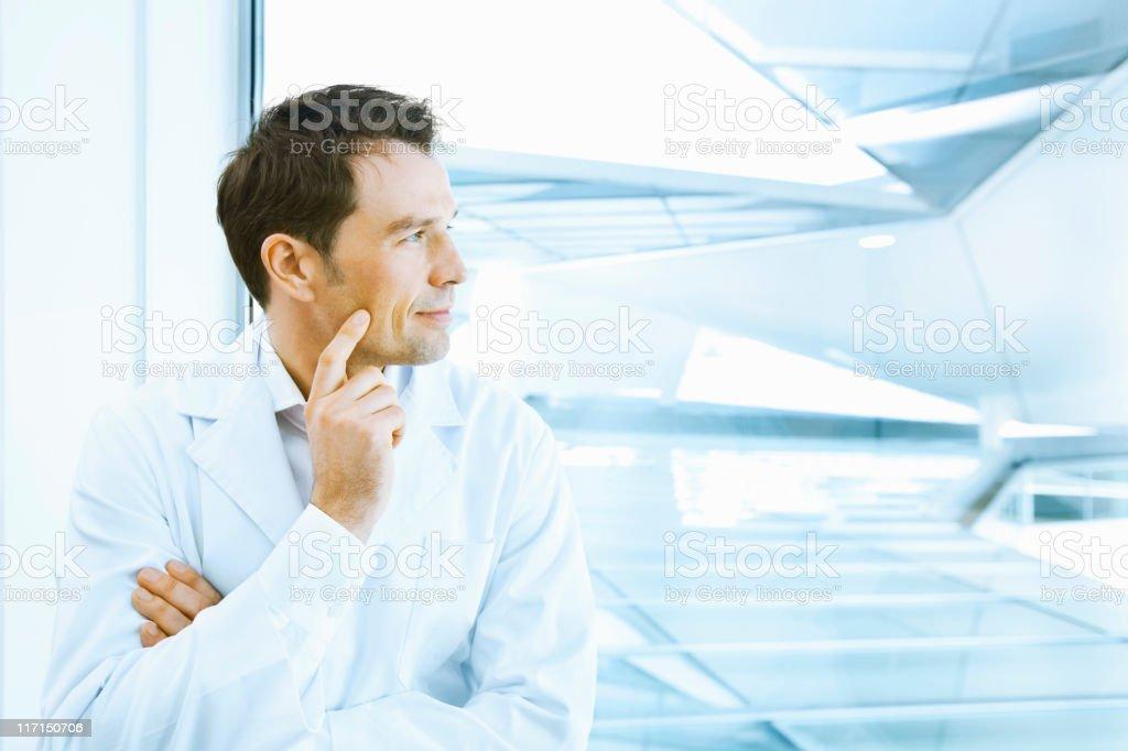 Wissenschaftliche in labcoat looking through window – Foto