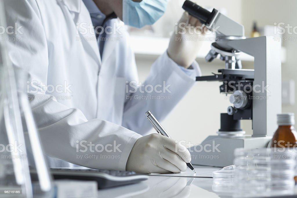 수행 연구 과학자 및 현미경 royalty-free 스톡 사진