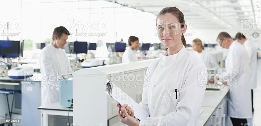 Wissenschaftler hält Zwischenablage im Labor – Foto