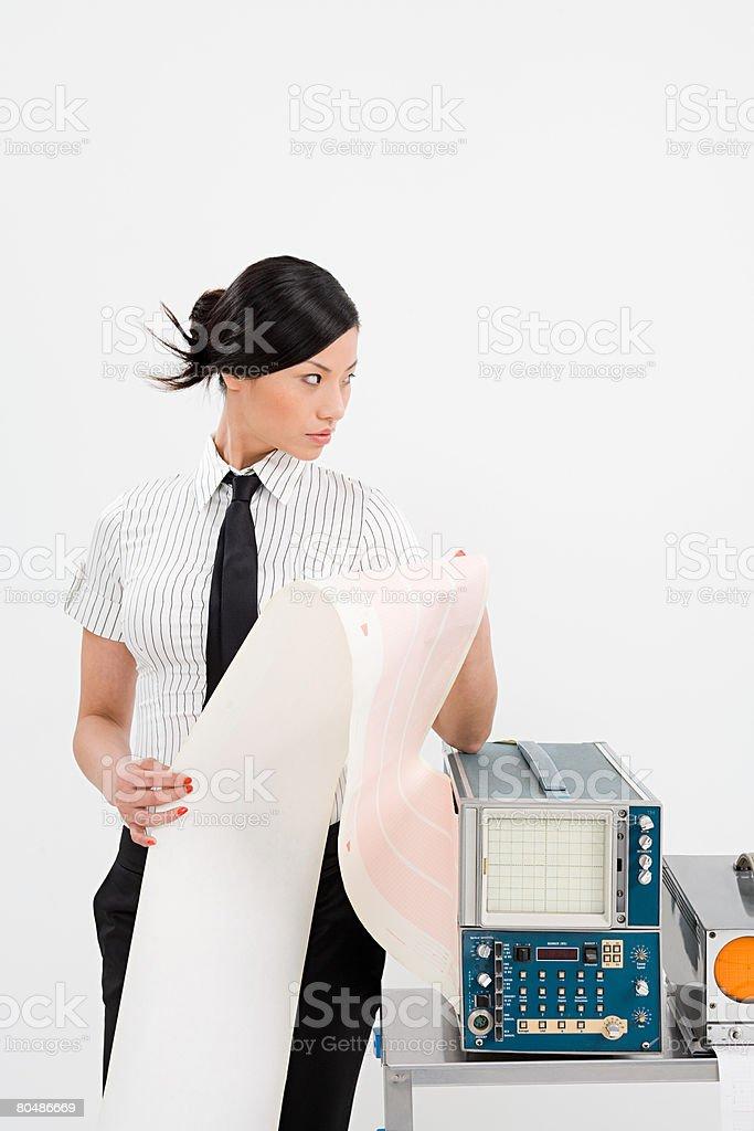 Wissenschaftler hält Papier Lizenzfreies stock-foto