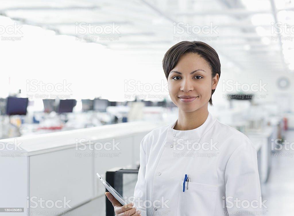Wissenschaftler hält tablet computer lab – Foto