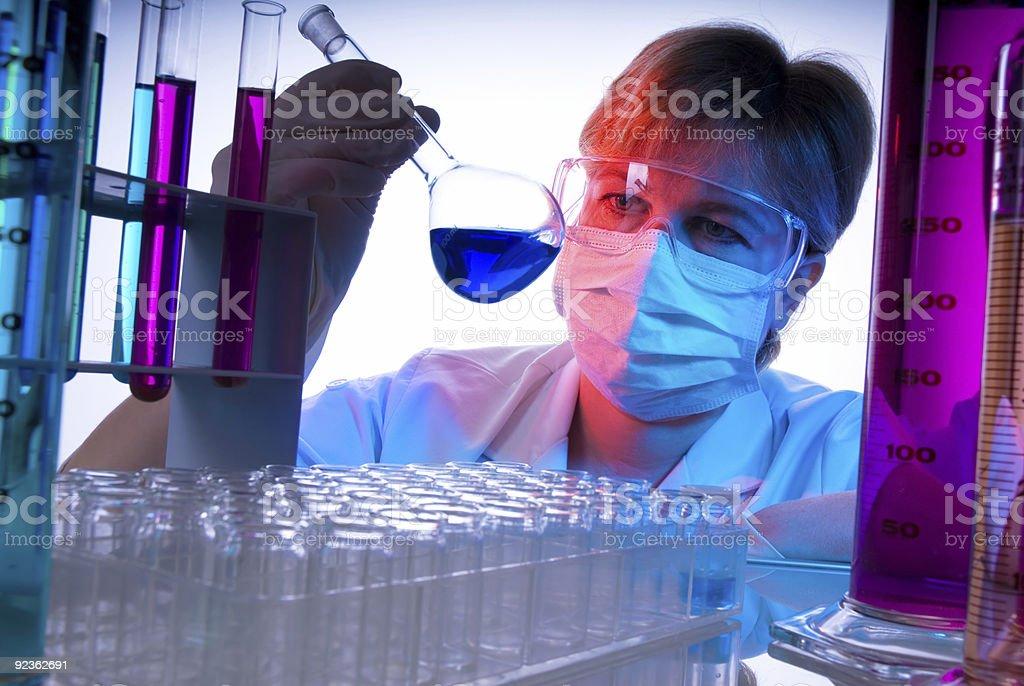 Wissenschaftler im Labor mit Becherglas Lizenzfreies stock-foto