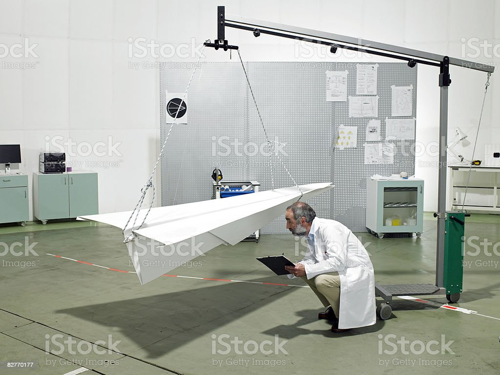 Scienziato in laboratorio piano di verifica carta foto stock royalty-free