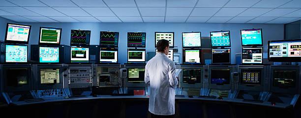 科学者コンピューターズコントロールルームのモニター - 豊富 ストックフォトと画像