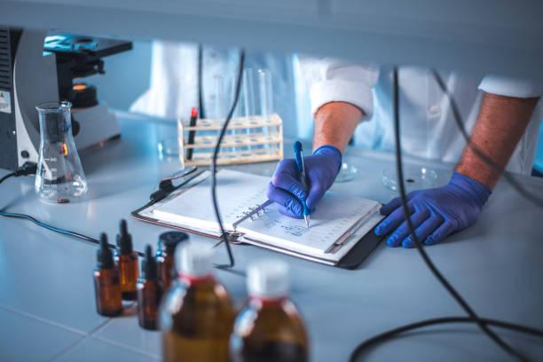 Wissenschaftler sowie in Anbetracht der Ergebnisse des Experiments am Tisch – Foto
